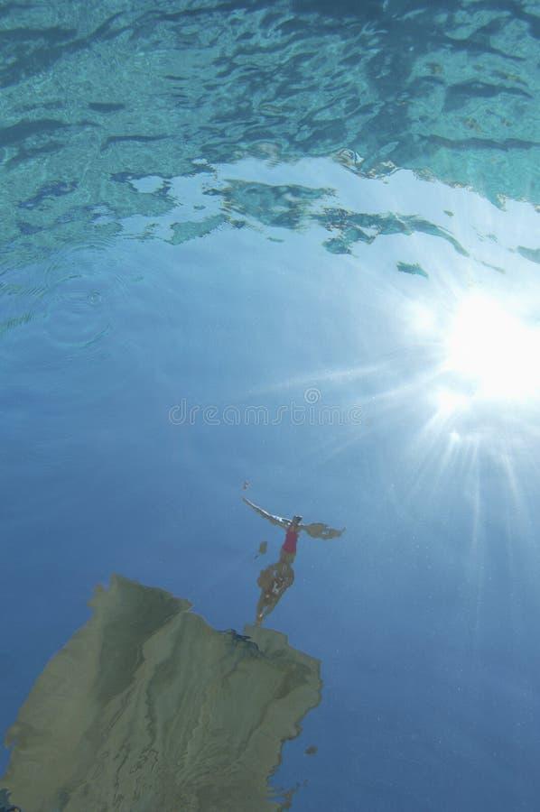 Tiro subaquático do mergulho do nadador na associação imagem de stock