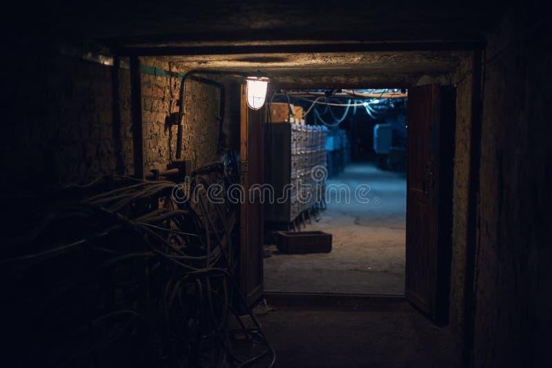 Tiro subterráneo largo del ángulo del túnel del ladrillo Linterna vieja en el primero plano foto de archivo libre de regalías