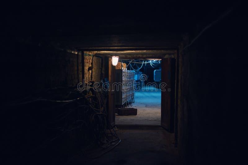 Tiro subterráneo largo del ángulo del túnel del ladrillo Linterna vieja en el primero plano fotos de archivo libres de regalías