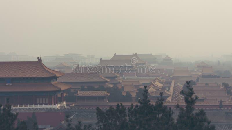 Tiro vertical da Cidade Proibida no Pequim China, em um nevoento fotografia de stock royalty free