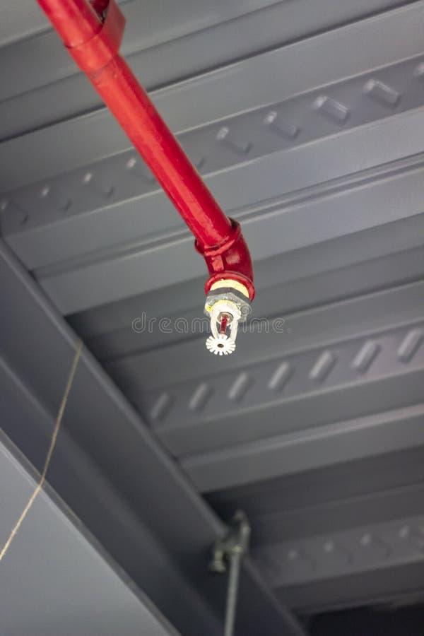 Tiro vertical da tubulação do fogo da cor vermelha para dentro imagens de stock