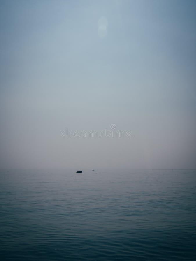 Tiro vertical de um barco que descansa na água na costa de Salerno, Itália imagem de stock royalty free