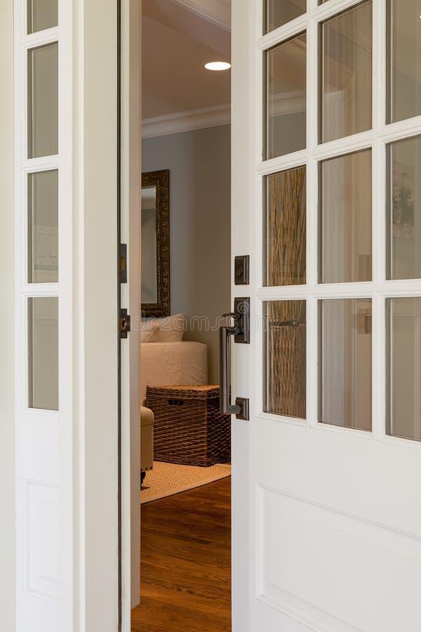 Tiro vertical de uma porta da rua aberta, de madeira fotografia de stock royalty free