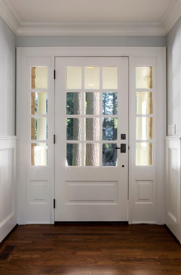 Tiro vertical de una puerta principal cerrada, de madera foto de archivo