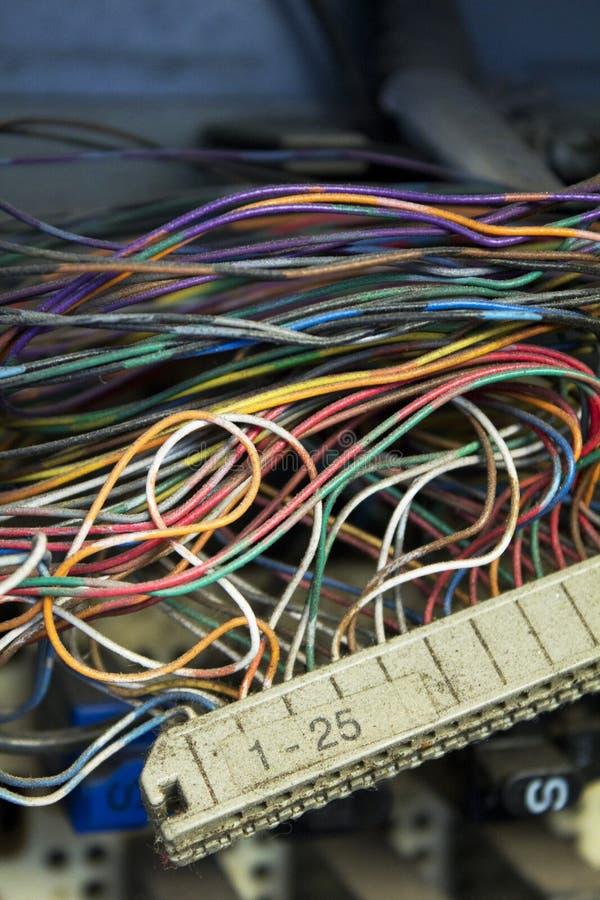 Tiro vertical del primer de muchos alambres coloridos y de una regla fotos de archivo