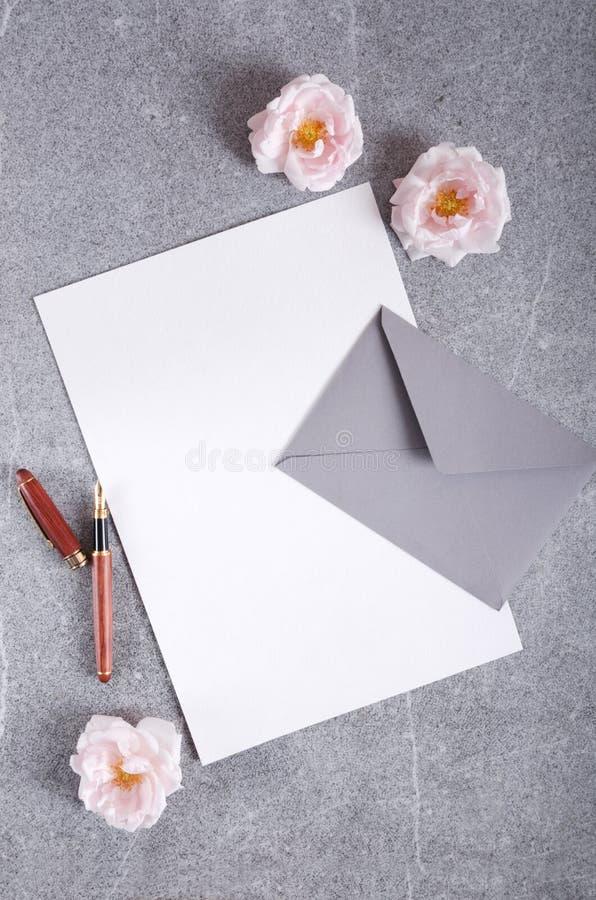 Tiro vertical Vista superior del papel limpio, sobre, pluma lista para escribir la letra romántica fotografía de archivo libre de regalías