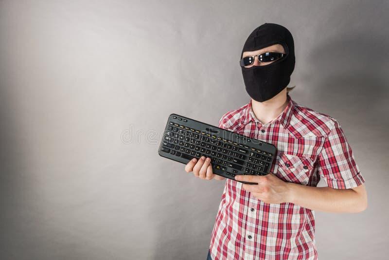 Tiro vestindo do passa-montanhas do homem do teclado foto de stock royalty free