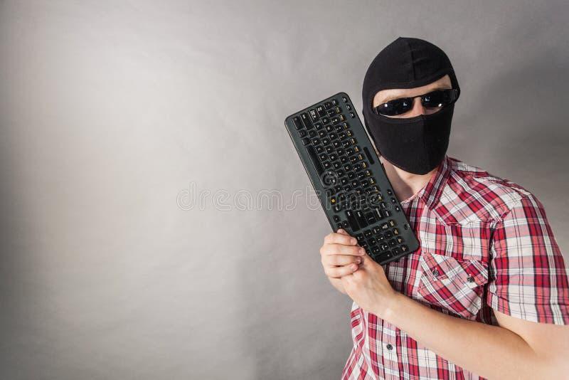 Tiro vestindo do passa-montanhas do homem do teclado foto de stock