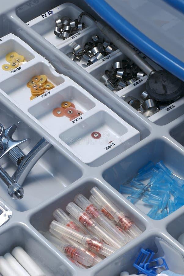 Tiroir des outils du dentiste images stock