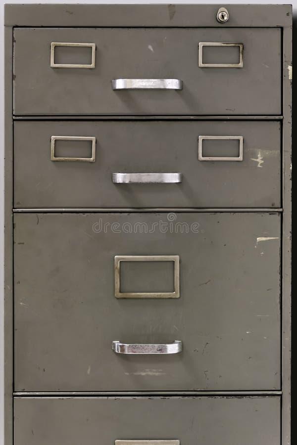 Tiroirs d'un vieux meuble d'archivage en métal photos stock