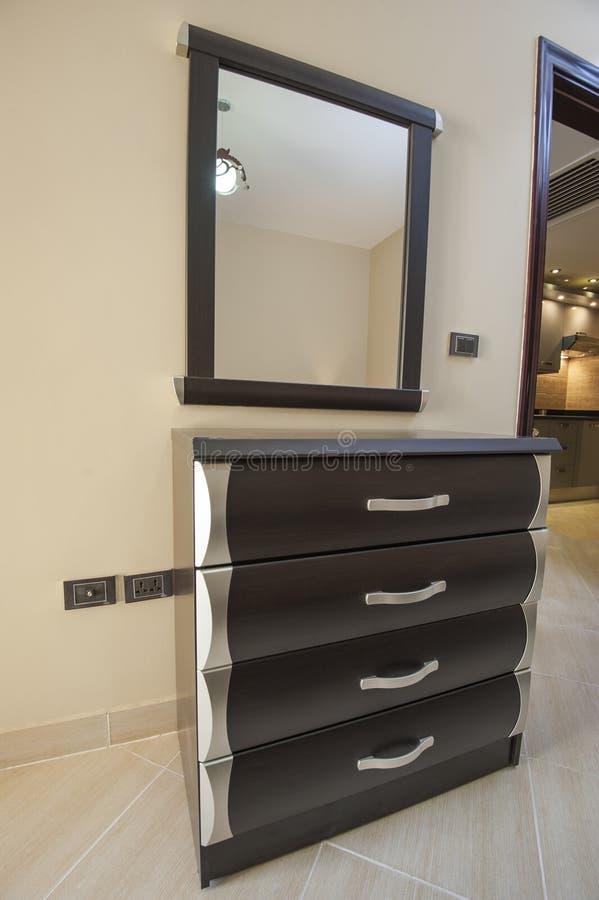 Tiroirs et miroir dans un appartement photos libres de droits