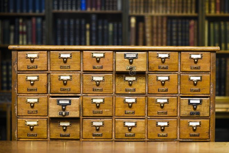 Tiroirs pour rechercher des disques de livre dans la biblioth?que image stock