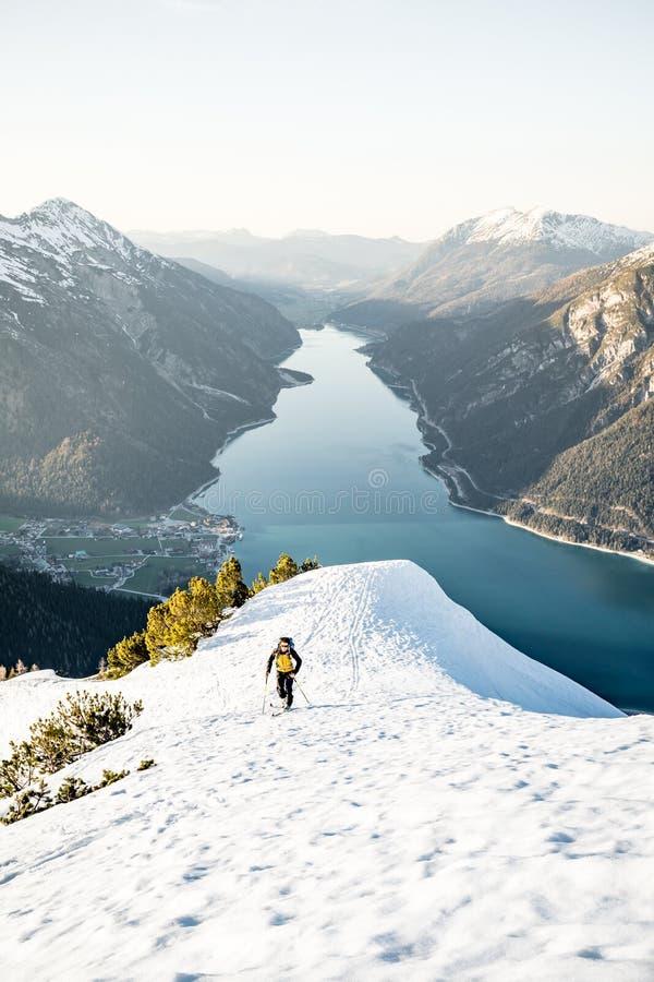 19 02 2019, Tirol Австрия: Лыжники по пересеченной местностей идя гориста на Bärenkopf в близко Achensee стоковые фото