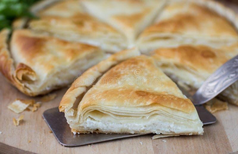 Tiropita - torta greca fatta della pasta di Filo con formaggio immagine stock