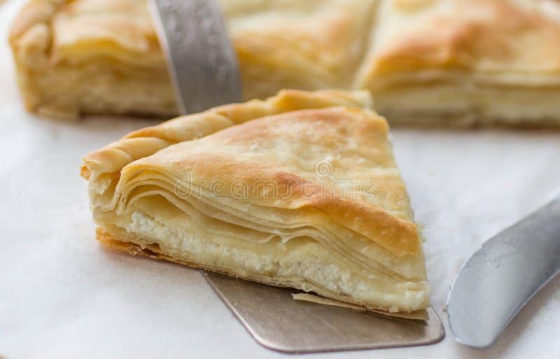 Tiropita - torta greca fatta della pasta di Filo con formaggio immagini stock