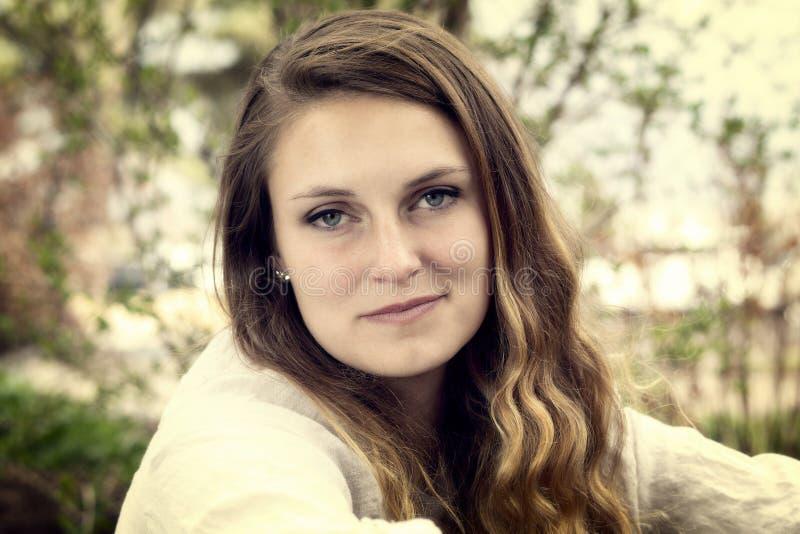 Tiros al aire libre de la mujer cauc?sica joven hermosa en naturaleza fotografía de archivo libre de regalías