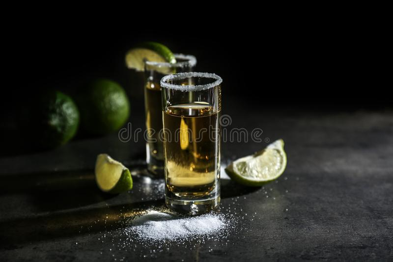 Tiros del Tequila con las rebanadas de la cal imágenes de archivo libres de regalías