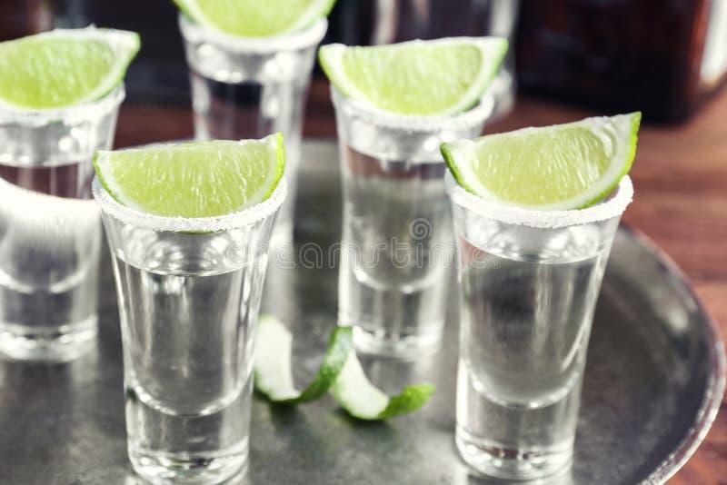 Tiros del Tequila con las rebanadas jugosas de la cal fotos de archivo libres de regalías