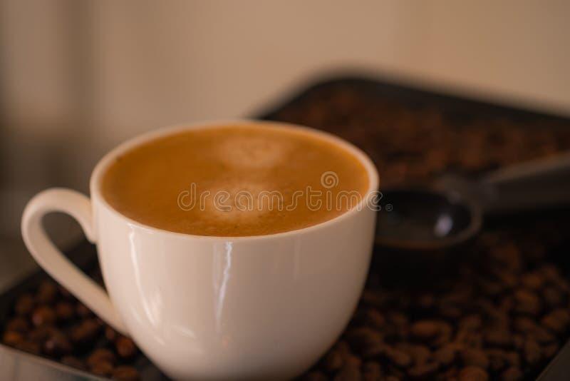Tiros do close-up do copo de café agradável do café no aroma perfumado dos feijões de café Casa feita fotos de stock