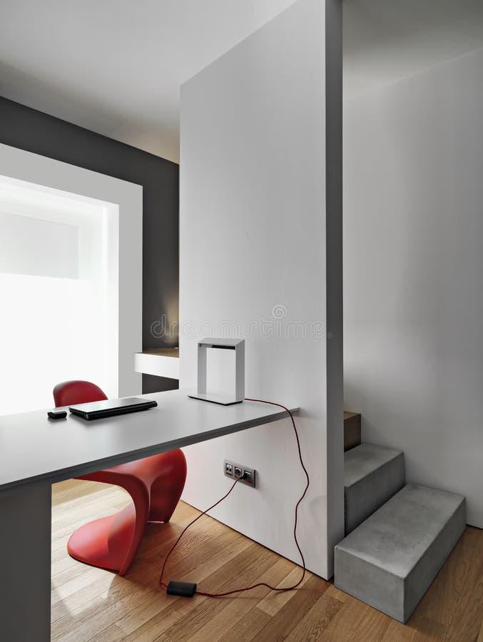 Tiros dos interiores de um local de trabalho moderno com uma mesa de escrita moderna imagens de stock royalty free