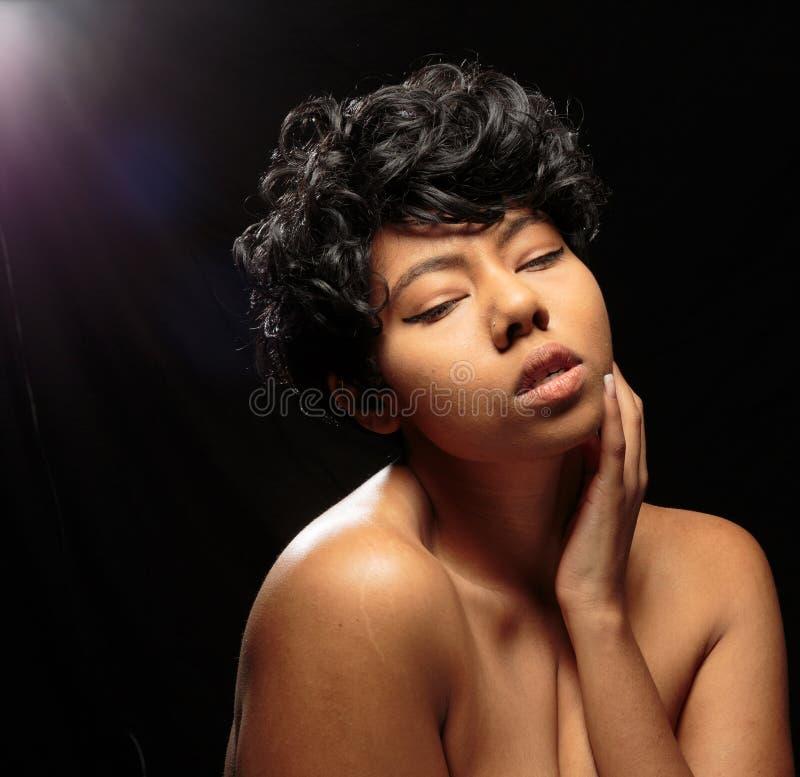 Tiros frescos do estúdio do nude da mulher negra foto de stock