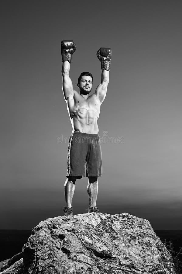 Tiros monocromáticos de un boxeador de sexo masculino feroz que entrena al aire libre fotografía de archivo libre de regalías