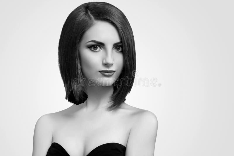 Tiros preto e branco do estúdio de uma jovem mulher elegante com curto foto de stock