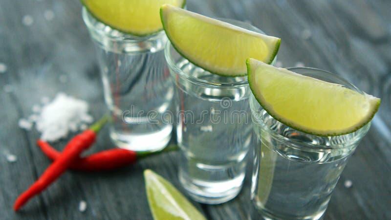 Tiros servidos con las rebanadas del tequila y de la cal fotografía de archivo