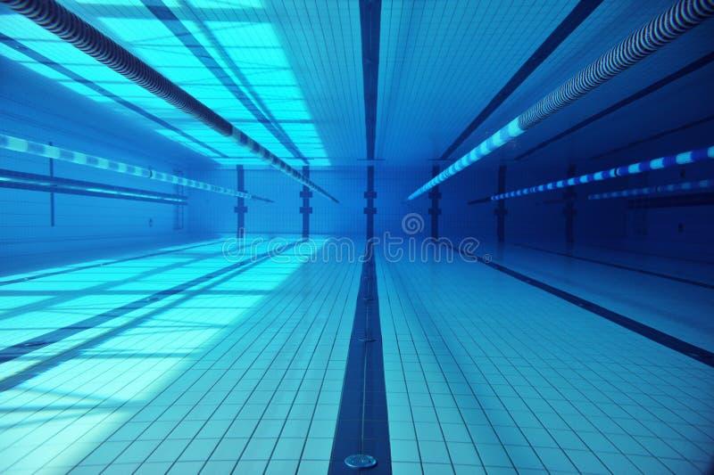 Tiros subacuáticos en una piscina imagen de archivo libre de regalías