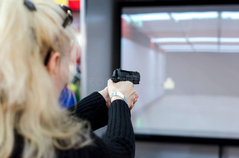 Tiroteo de la mujer en galería que tira virtual imagenes de archivo