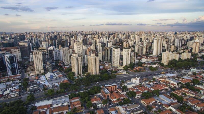 Tiroteo del abejón en una ciudad grande en el mundo, la vecindad de Itaim Bibi, la ciudad de Sao Paulo imagen de archivo