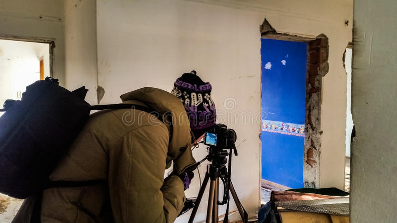 Tiroteo del fotógrafo en un apartamento abandonado arruinado fotos de archivo libres de regalías
