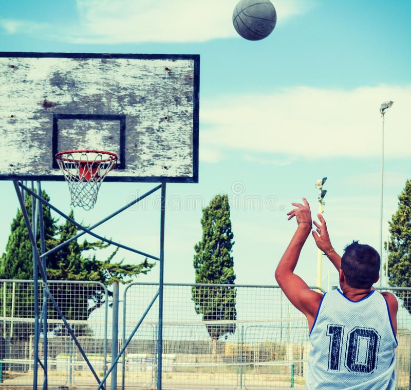 Tiroteo del jugador de básquet en un patio imágenes de archivo libres de regalías