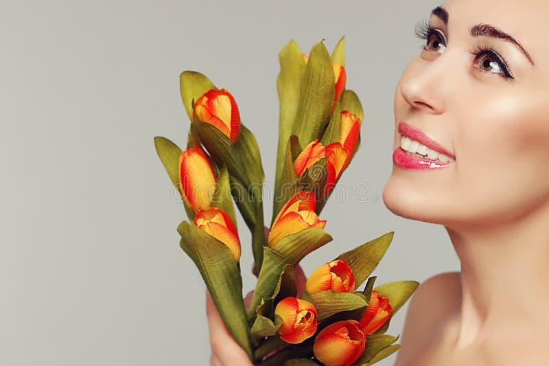 Tiroteo modelo de la primavera Mujer joven con los tulipanes de las flores Moda fotos de archivo libres de regalías