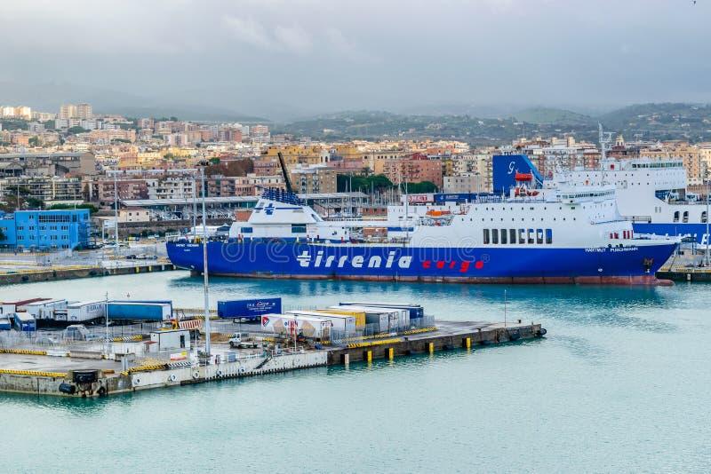 Tirrenia Hartmut Puschmann Ro-Ro Cargo y buque de pasajeros en el puerto de Civitavecchia, Roma fotos de archivo libres de regalías