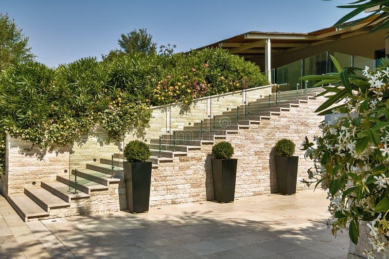 Tirs d'extérieurs d'une cour moderne d'une villa images libres de droits