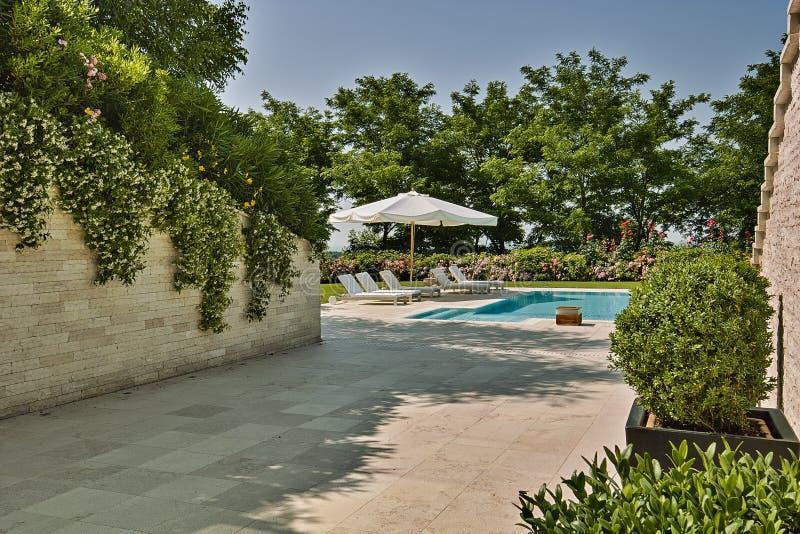 Tirs d'extérieurs d'une piscine moderne photographie stock