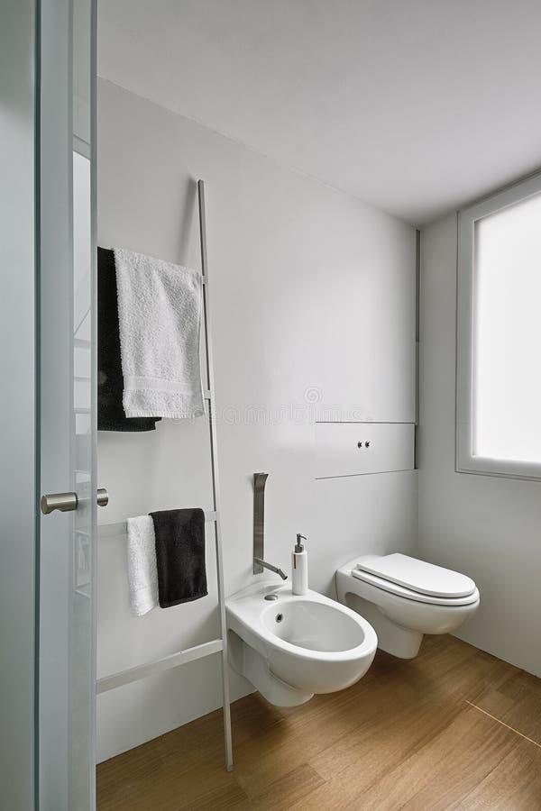 Tirs d'int?rieurs d'une salle de bains moderne photo libre de droits