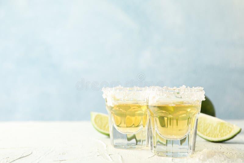 Tirs de tequila avec des tranches de sel et de chaux photographie stock