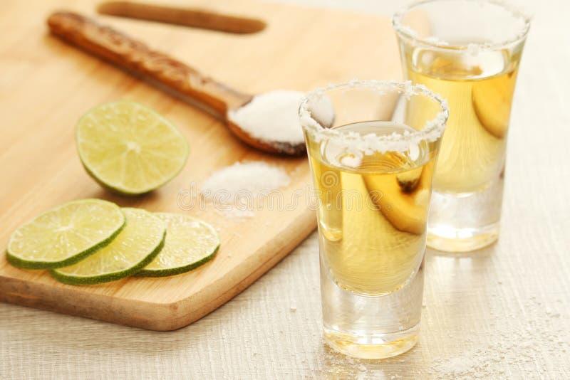 Tirs de tequila avec la chaux photographie stock libre de droits