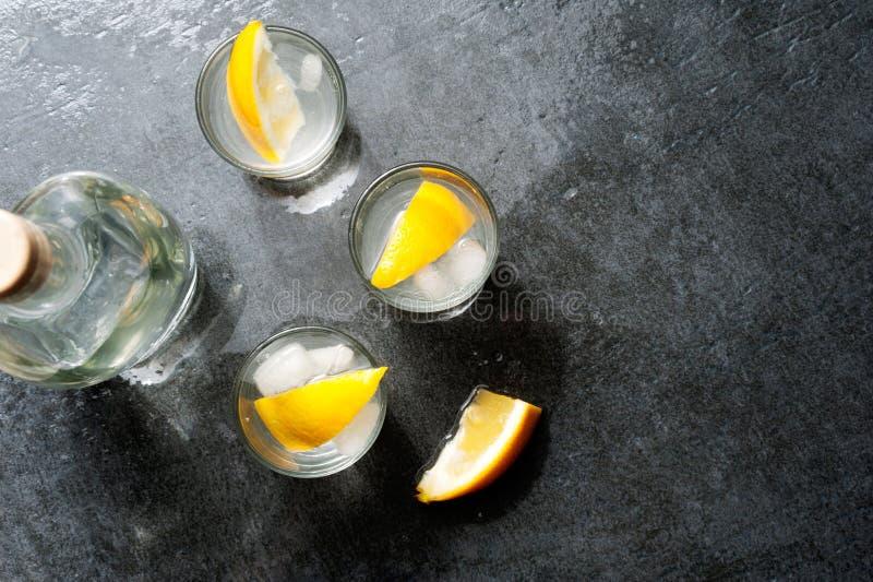 Tirs de vodka de tequila avec des tranches de citron, vue supérieure images stock