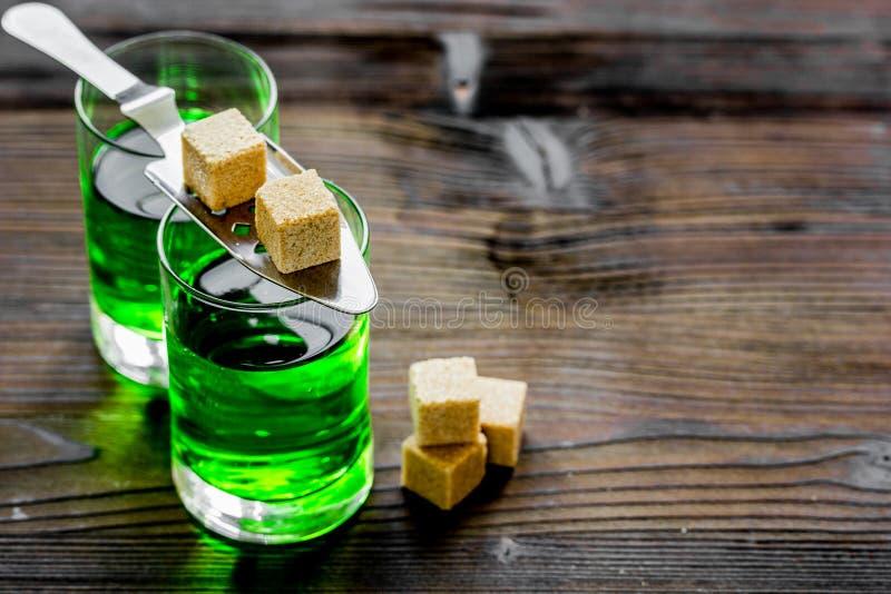 Tirs verts avec du sucre dans la cuillère sur l'espace de fond de table pour le texte photo libre de droits