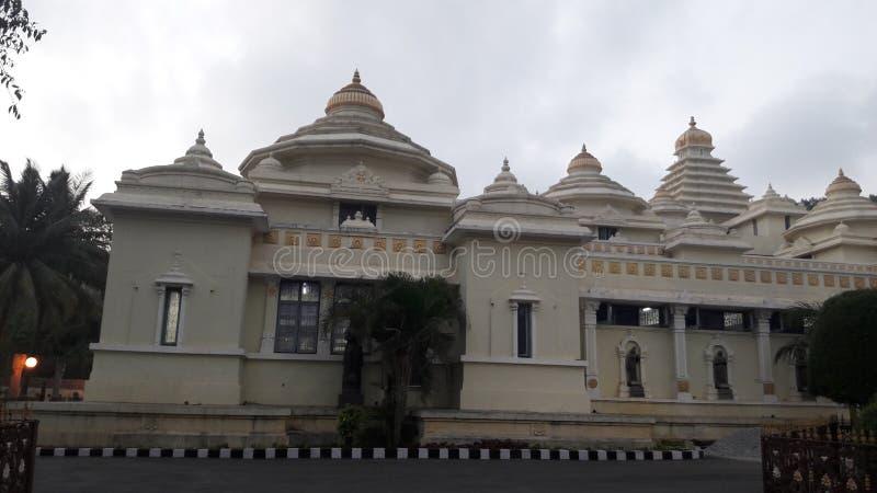 Tirupathi Andhra Pradesh/Indien - februari 12th 2019: S V Museum av lordsrivenkateswaraen i aftonen i tirumalaen, Andhra royaltyfri foto