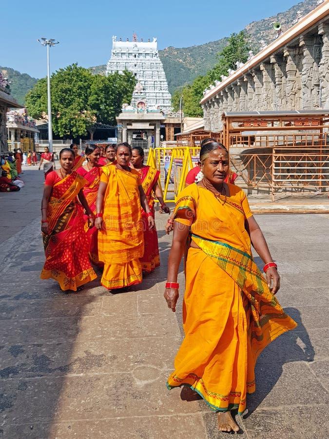 Tiruvanamalai India, Grudzie?, - 20, 2018: India?skie kobiety odwiedza ?wi?tyni? w Tiruvanamalai India zdjęcie stock