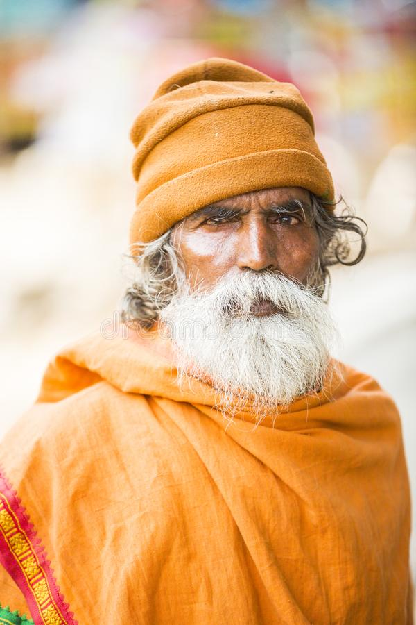 TIRUVANNAMALI, TAMIL NADU, ÍNDIA - MARÇO cerca de, 2018 Retrato Sadhu no Ashram Ramana Maharshi Sadhu é um homem santamente, que  fotografia de stock