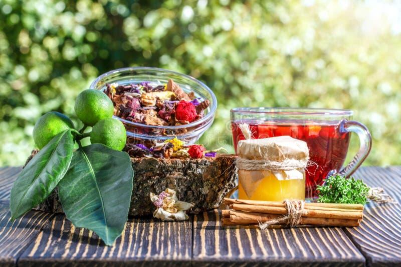 Tisane avec de la cannelle, les fruits secs, la chaux et le miel photo libre de droits