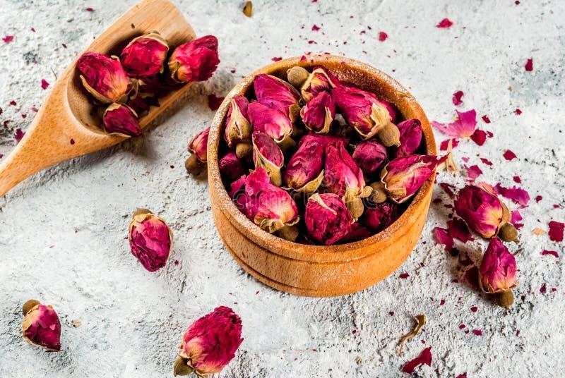 Tisane avec les bourgeons roses photographie stock