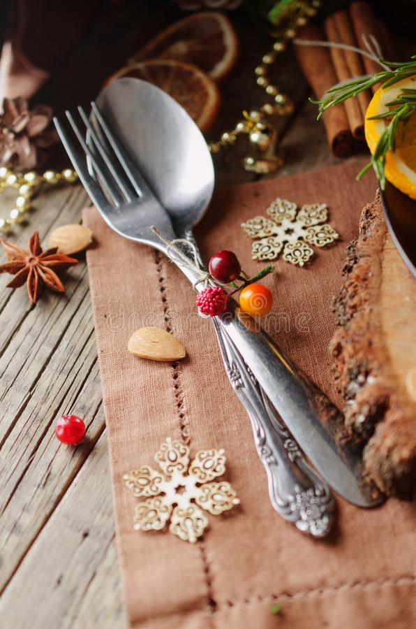 Tischbesteck auf Holztisch mit neues Jahr ` s und Weihnachtsdekorationen, selektiver Fokus stockbild