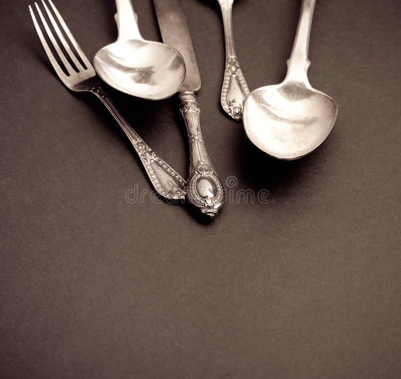 Tischbesteck eingestellt mit Gabel, Messer und Löffeln stockbilder