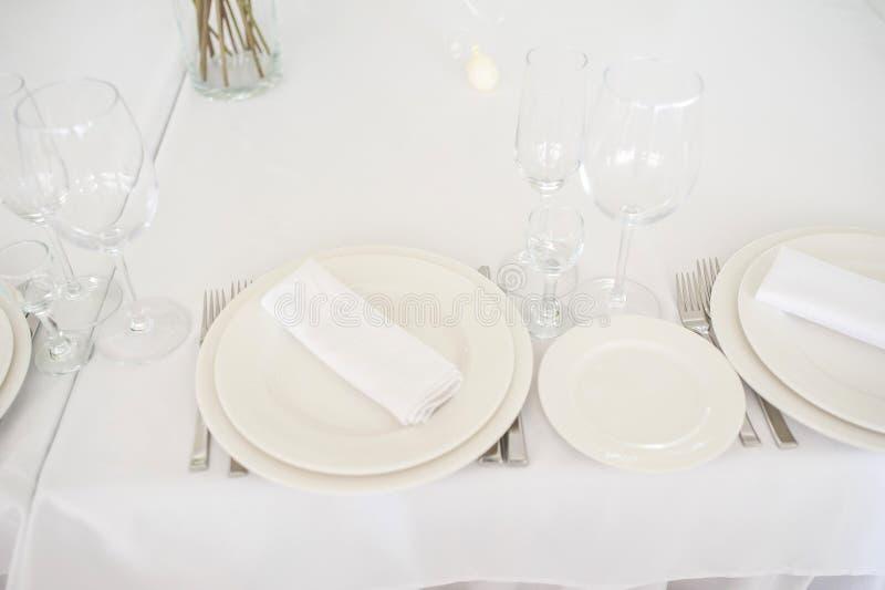 Tischbesteck vereinbart auf einer Tabelle stockbild